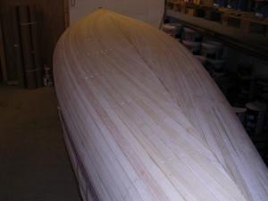 Stripsene er nå ferdig lagt på hele kanoen.